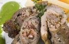 Geschmorte Schweinerollen mit Erbsensosse und Gemüse