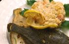 Жареная камбала со сливочным соусом и овощами